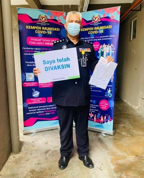 Kuala Lumpur Traffic Investigation and Enforcement Department chief ACP Zulkefly Yahya showing that he has been vaccinated at Jinjang Health clinic on Monday (March 1).