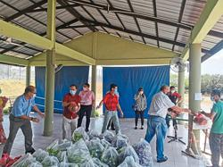 Dr Wee extends helping hand with donation of food and PPE to Simpang Renggam prison