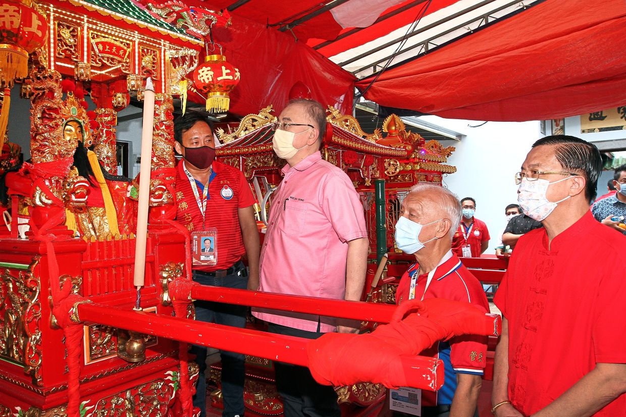 Paying homage: Dr Wee looking at one of the Chinese deities at the Johor Ancient Temple in Johor Baru. Looking on are (from left) temple chairman Lee Poo Sin, Johor Baru Tiong Hua Association  president Ho Sow Tong and Johor MB special adviser Datuk Tee Siew Kiong.