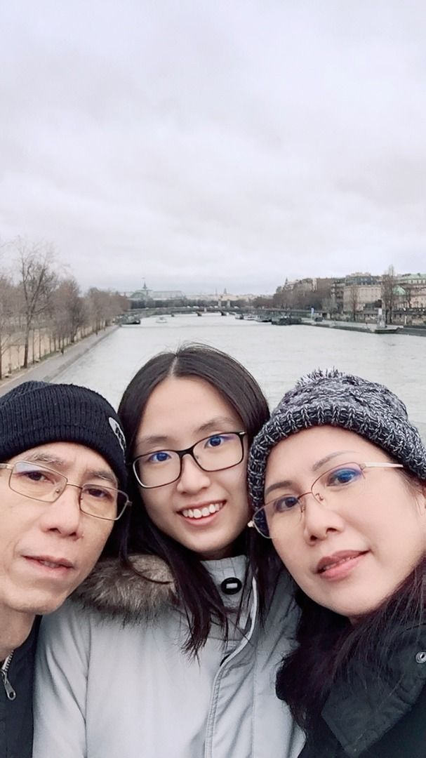 Ong with her parents, Ong Che Beng (left) and Ng Lee Peik.