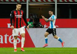 Soccer-AC Milan's title hopes suffer setback after Napoli defeat
