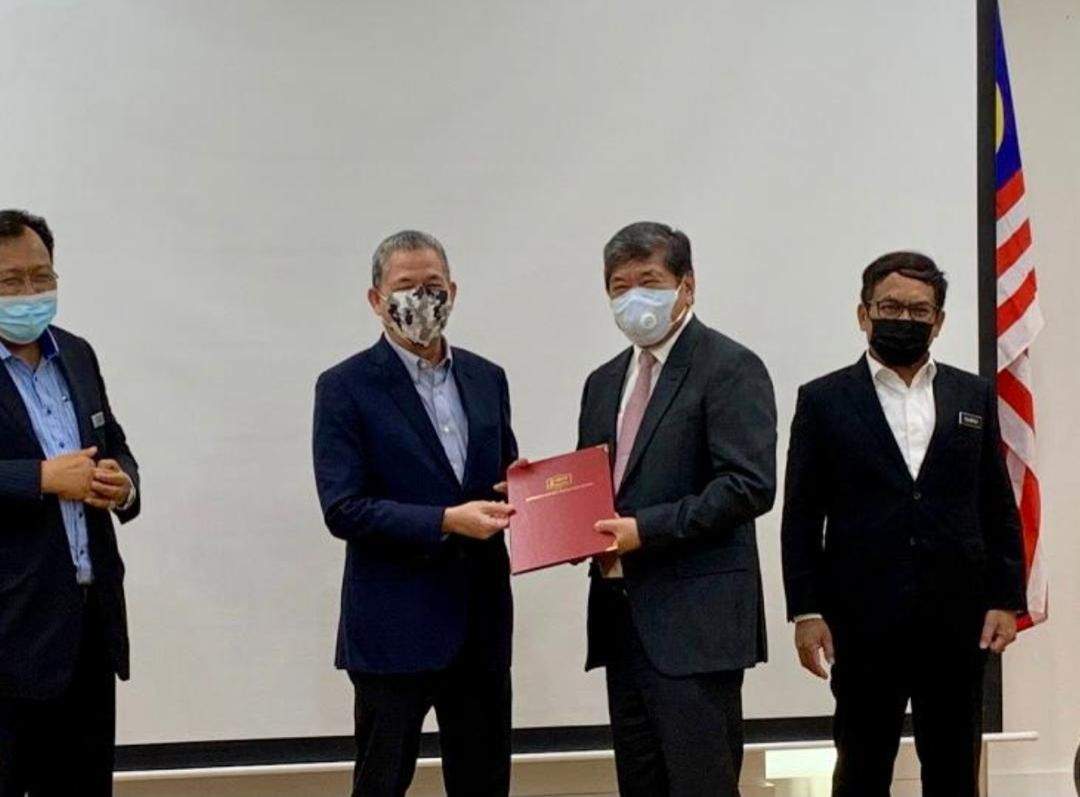 Perbena Emas Sdn Bhd managing director James Ling (center right) receiving the Letter of Award from Works Minister Datuk Seri Fadillah Yusof (second on left).