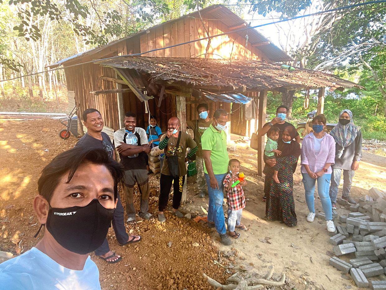 Rizal (left) on a #ketukpintu visit in Kuala Tahan, Pahang.