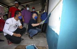 Ayer Hitam MP, Semarang rep lend helping hand to thunderstorm victims