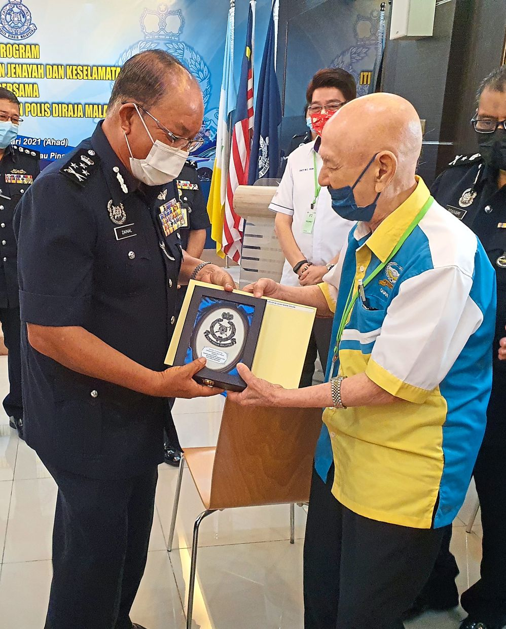 Retired PVR officer 95-year-old Superintendent/SP (B) Quah Boon Chuan (right), who also served as a PVR Commandant of the Penang Contingent, receiving a plaque and certificate of appreciation from Director of Crime Prevention and Community Safety Department, Royal Malaysia Police YDH CP Datuk Zainal Abidin Kasim at the Penang Contingent Police Headquarters recently.