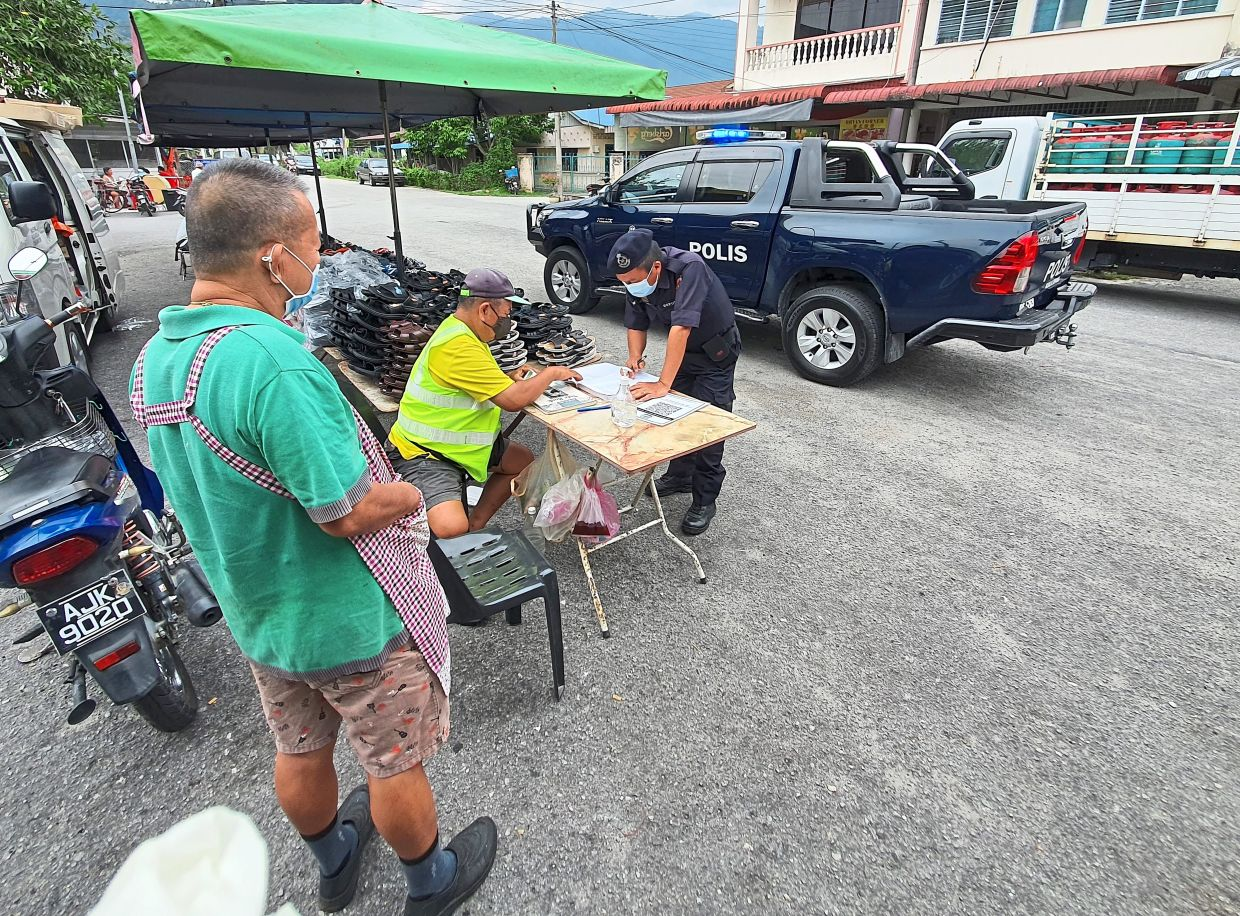 PVR officer Lance Corporal/SP Ng Kok Yao conducing Ops Covid-19 SOP compliance checks.