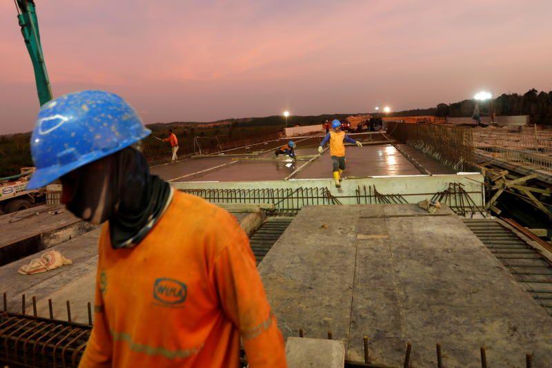 Labourers work at a construction site of Balikpapan-Samarinda toll road at Samboja district in Kutai Kertanegara regency, East Kalimantan province, Indonesia, August 29, 2019. - Reuters