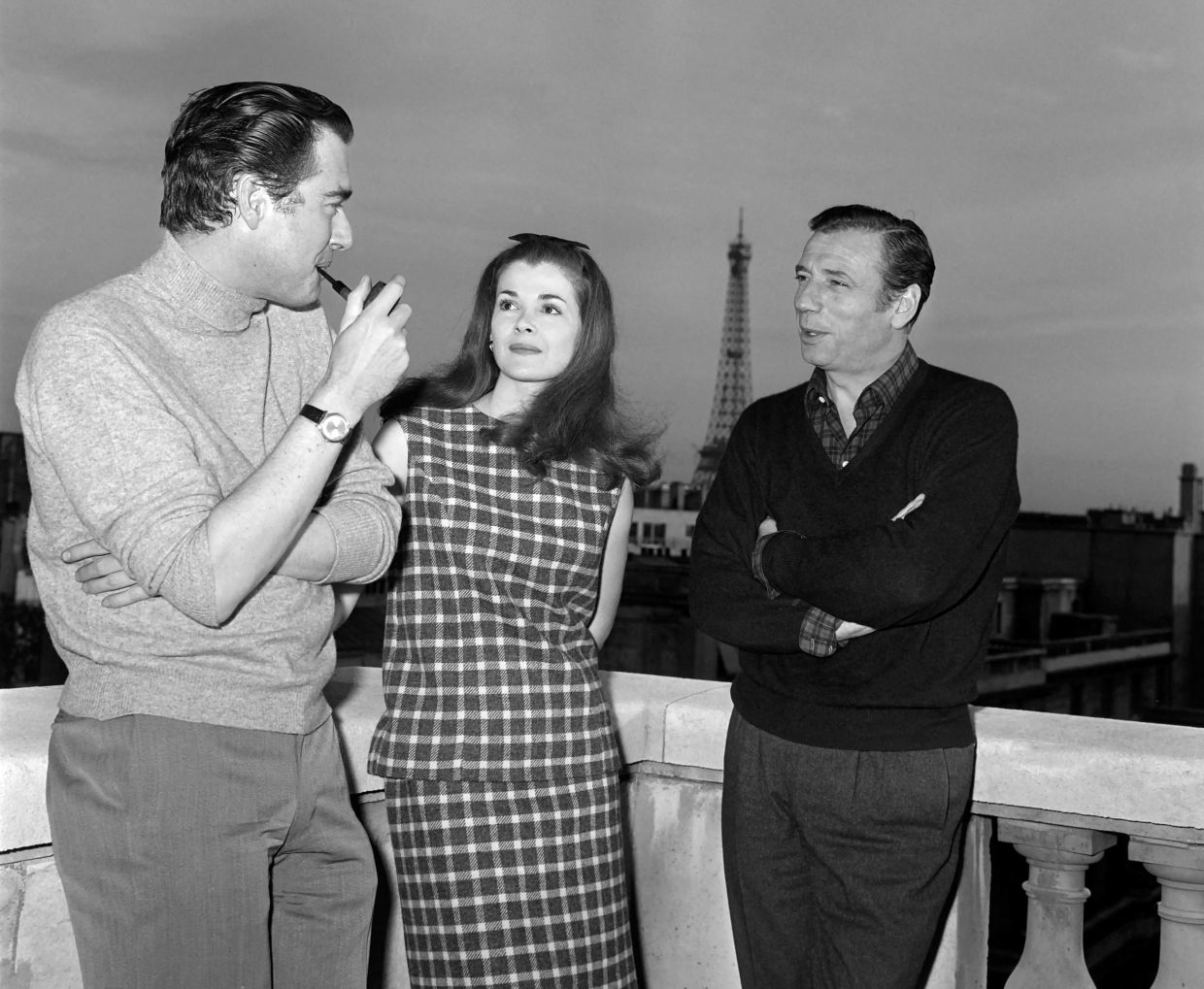 1966 file photo of French actor Yves Montand (right) and US actress Jessica Walter and 'Grand Prix' John Frankenheimer (left) at the terrace of an hotel in Paris. Photo: AFP