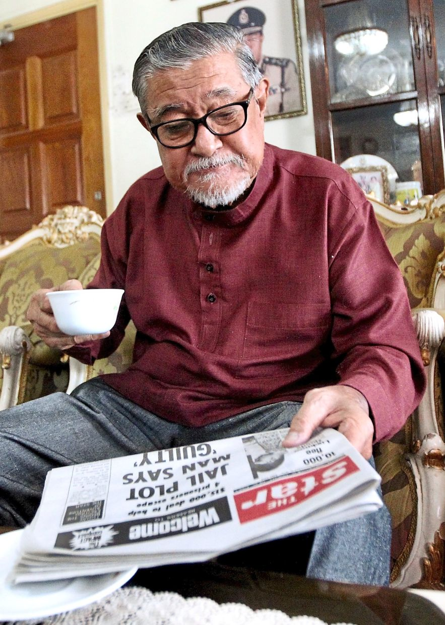 Loyal reader: Zaman reading the first issue of The Star. He still reads the newspaper front to back every day. — KAMARUL ARIFFIN/The Star