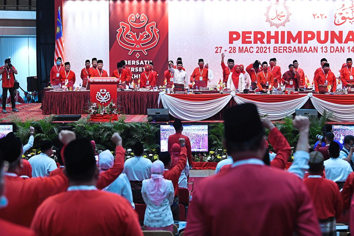 All for it: Delegates supporting the stand taken by Umno to sever ties with Perikatan. — Pic courtesy of Umno Media