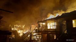 One dead in fire that razed five wooden houses