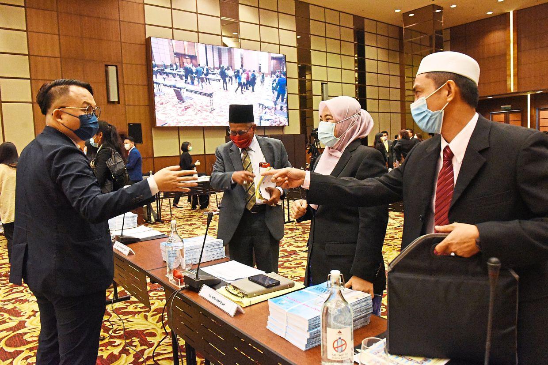 (From left) Pengkalan Kota assemblyman Daniel Gooi chatting with Muhamad Yusoff, Nor Hafizah and Mohd Yusni during break time.