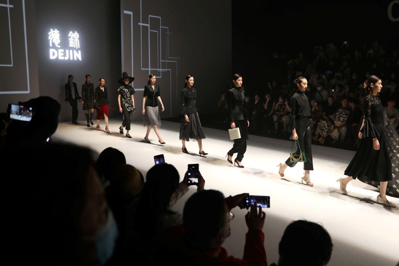 Models present creations from De Jin label. Photo: Reuters