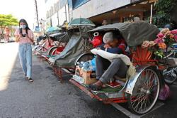 Struggling trishaw riders become homeless after losing income