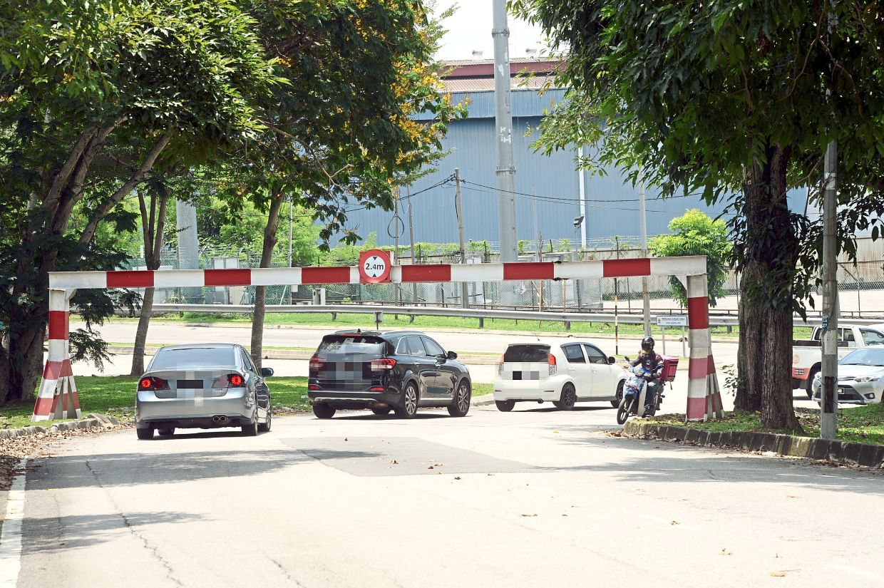 The height  barrier in  Jalan Aman, which was  damaged a  couple of days ago. — Photos:  SS KANESAN/The Star