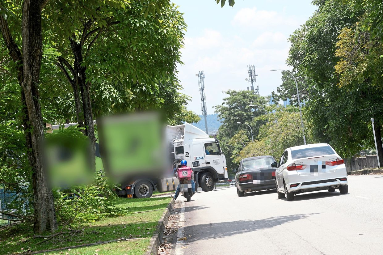 A trailer on Jalan Aman turning back around after discovering a height barrier along that stretch.