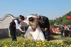 Couple salutes organ donors during wedding