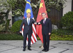 Chinese FM holds talks with Malaysian counterpart; Belt and Road cooperation on right track