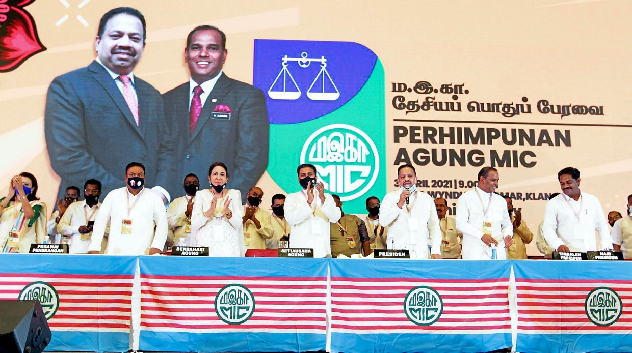 Standing ovation: Vigneswaran (third from right) and Saravanan (second from right) at the AGM in Klang yesterday. — KK SHAM/The Star