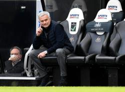 Soccer-Mourinho frustrated as Spurs let lead slip again in draw at Newcastle