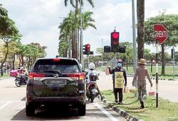 Traffic light fruit pedlars a safety hazard to all