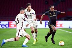 Ballboy hurls ball at time-wasting Roma defender