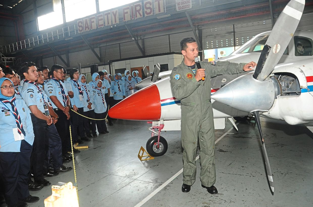 Air Scouts at the UniKL MIAT hangar during flight safety training with an instructor from the Royal Malaysian Navy Air Wing in 2018.