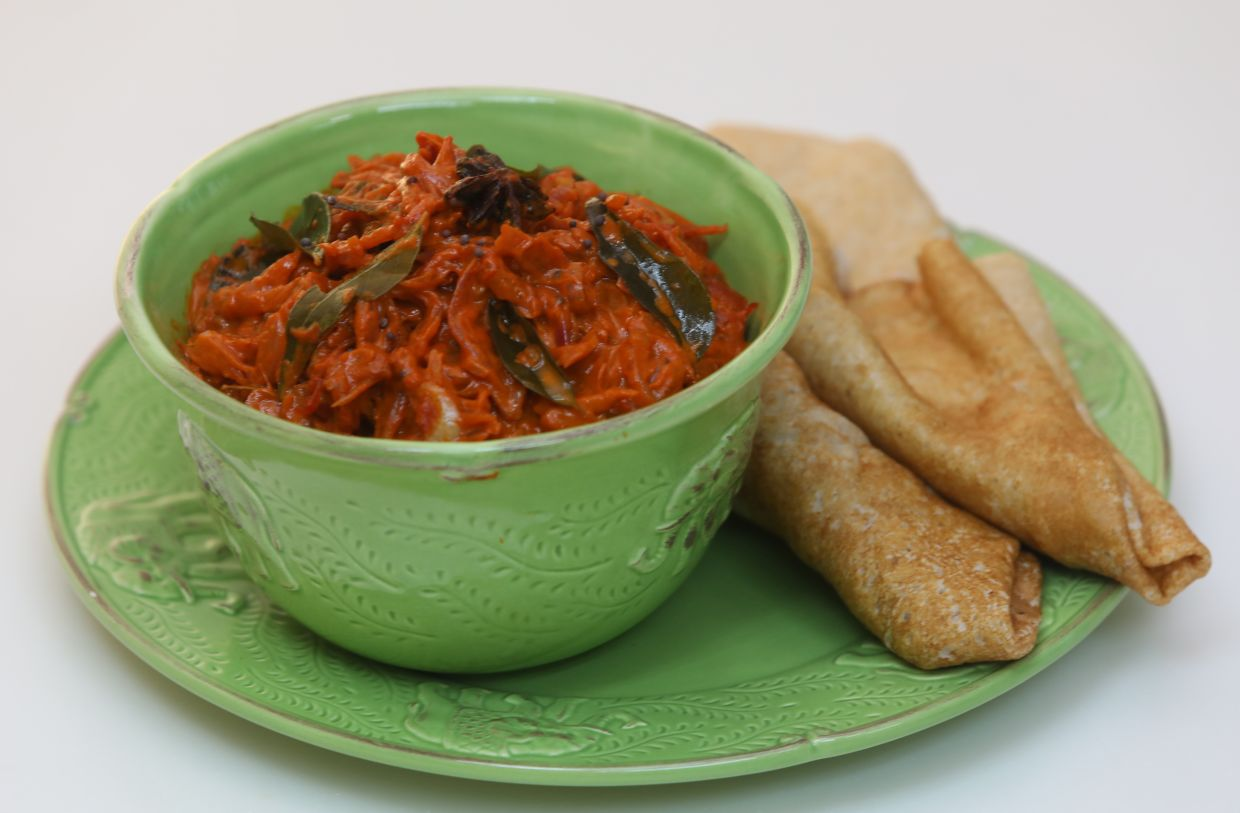 'Vendhaya kulambu' can be eaten with rice and roti canai, but it is best with thosai.
