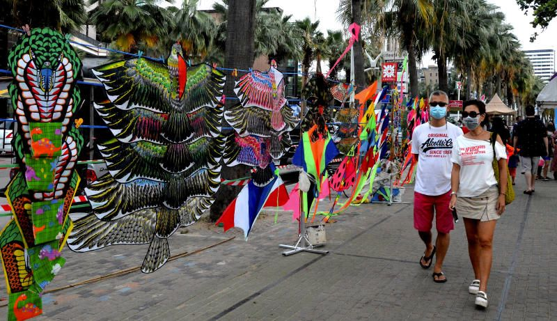 Tourists walking around the Pattaya beach to fly kites or watch professional kite flyers putting on kite shows. The Pattaya Kite on the Beach 2021 festival started on Friday (April 9) and will go on until April 19 held in conjunction with the Songkran celebration which marks the Thai New Year. - Bernama