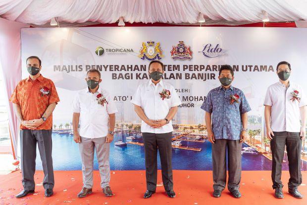 A milestone for Tropicana development: (from left to right): YB Dato' Avinderjit Singh, YB Dato Haji Adib Azhari Bin Daud (Datuk Bandar Majlis Bandaraya Johor Bahru), YAB Dato' Haji Hasni Bin Mohammad (Menteri Besar Johor), YB Dato' Haji Ismail Bin Karim and Lee Han Ming (Group CEO, Tropicana Corporation Berhad)