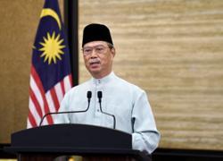 Muhyiddin visits Putrajaya ramadan bazaar to observe SOP compliance
