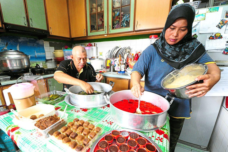 A family-run business operator preparing kuih-muih before heading to the Ramadan bazaar.