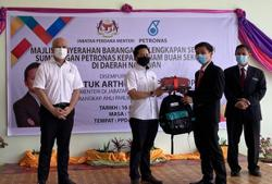 Almost 4,000 primary pupils in Sabah given supplies and hygiene kits under Yayasan Petronas programme