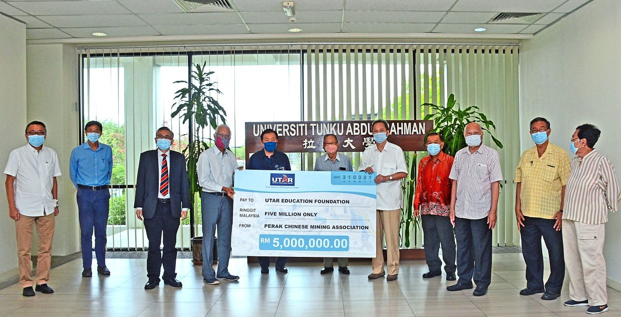 (Far left) Dr Sak (fourth from left) receiving a mock cheque from See Tong (sixth from left) and Chin (fifth from right)  during a presentation  ceremony at UTAR's Kampar campus in Perak. Witnessing the event is Ong (fifth from left) and members of the university and the association.