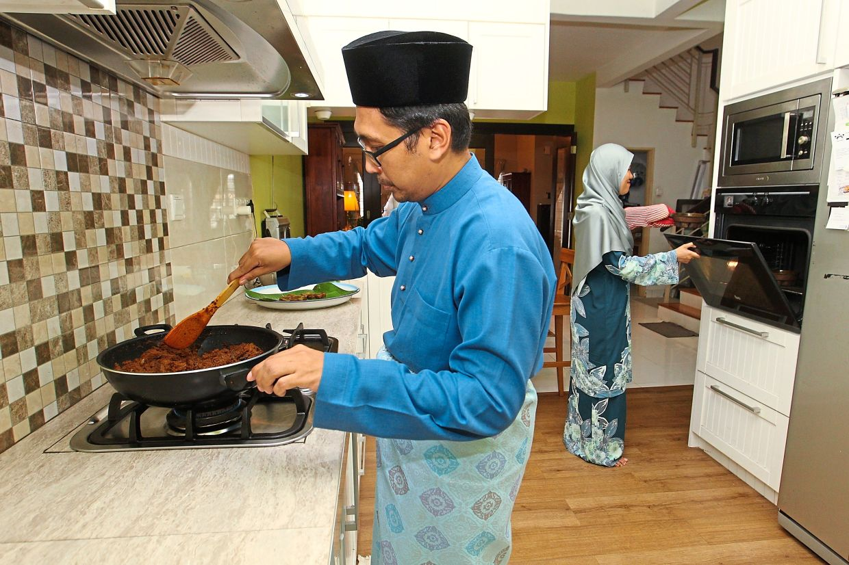 Tunku Shariz and Maizatul have figured out how to make all the family's favourite Hari Raya meals and now cook it together.