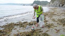 70-year-old Englishwoman wages war on plastic waste on the beaches of Cornwall