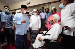 Muhyiddin performs tarawih prayers with Batu Caves residents