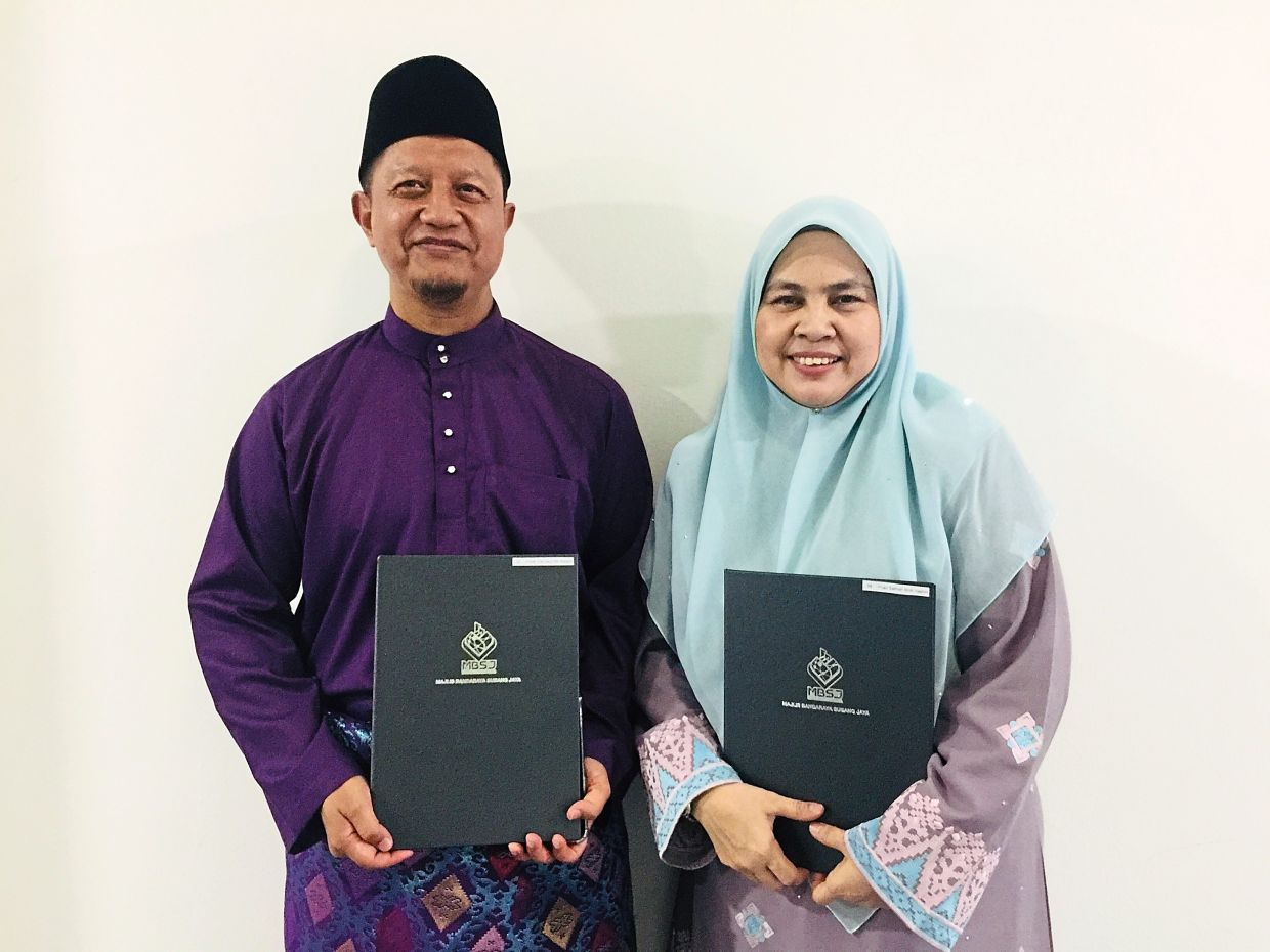 Che Daud (left) and Salmah were another husband-and-wife team who shone in the awards.