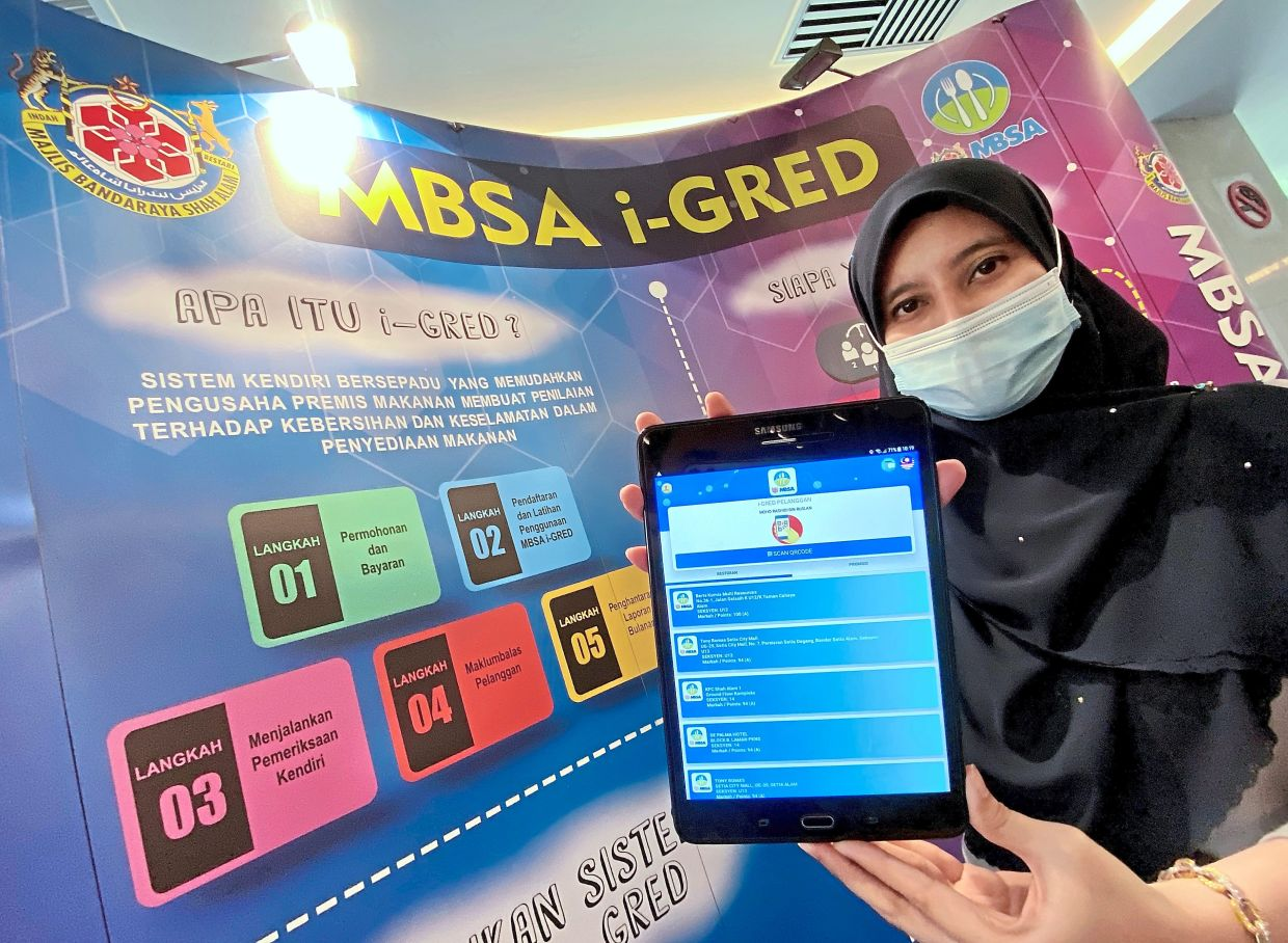 An MBSA employee showing the i-Gred app on her device.
