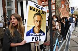 More than 250 Russians in London demand Navalny's freedom