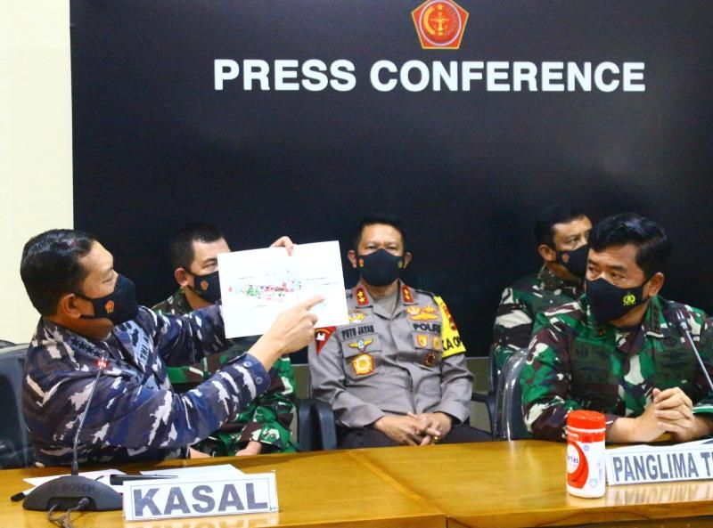 Military chief Hadi Tjahjanto (front R) watch as his officer shows a diagram of the missing submarine during a press conference in Denpasar, Bali on April 25, 2021, announcing the submarine that disappeared off the coast of Bali has been found cracked into pieces on the seafloor with all 53 crew killed in the disaster. - AFP