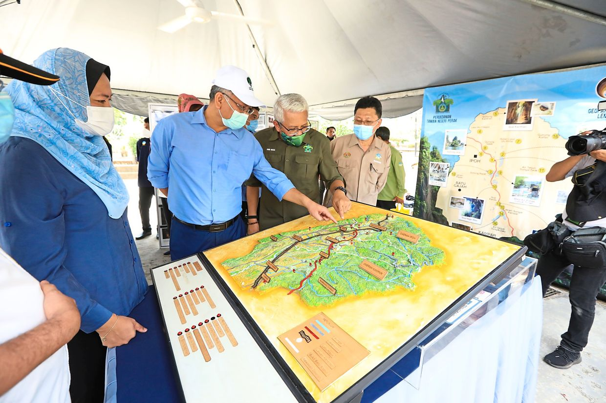 Energy and Natural Resources Minister Datuk Seri Dr Shamsul Anuar Nasarah (in blue) scrutinising the types of minerals and rock materials that exist throughout Malaysia.