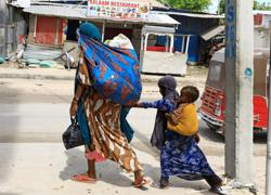 Residents of Somalia's capital flee amid splits within security forces