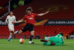 Fernandes and Cavani sparkle as United hit Roma for six