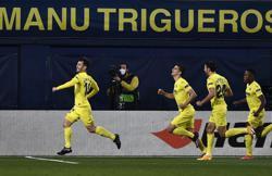 Soccer-Villarreal gain narrow edge in chaotic win over Arsenal