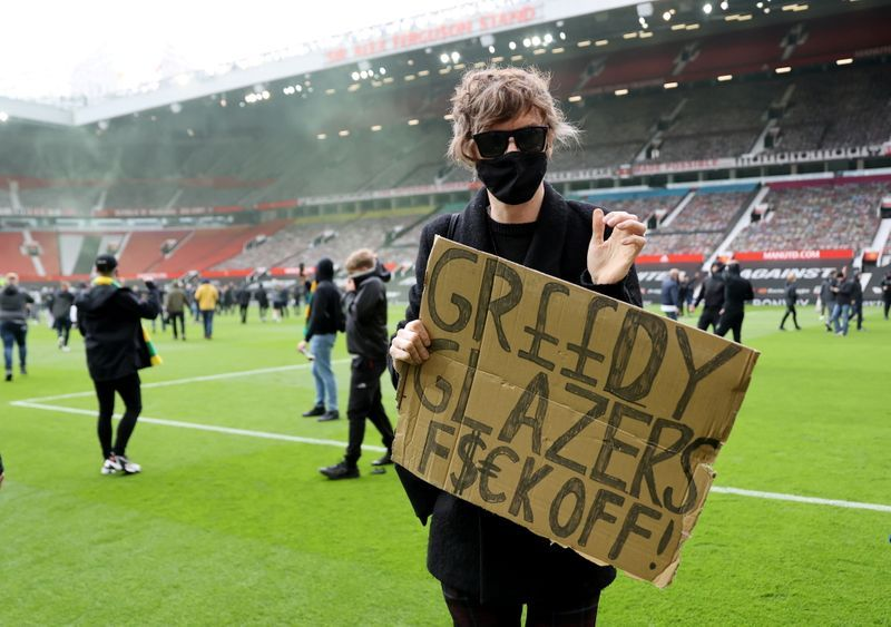 Soccer-Man United-Liverpool match postponed after fans storm pitch