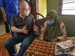 Dr Wee meets constituents, distributes aid