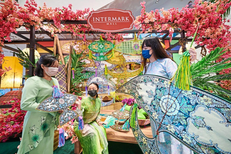 Intermark Mall showcases the creative designs of Razi Said, a showcase of the beauty of one of Malaysia's national symbols.