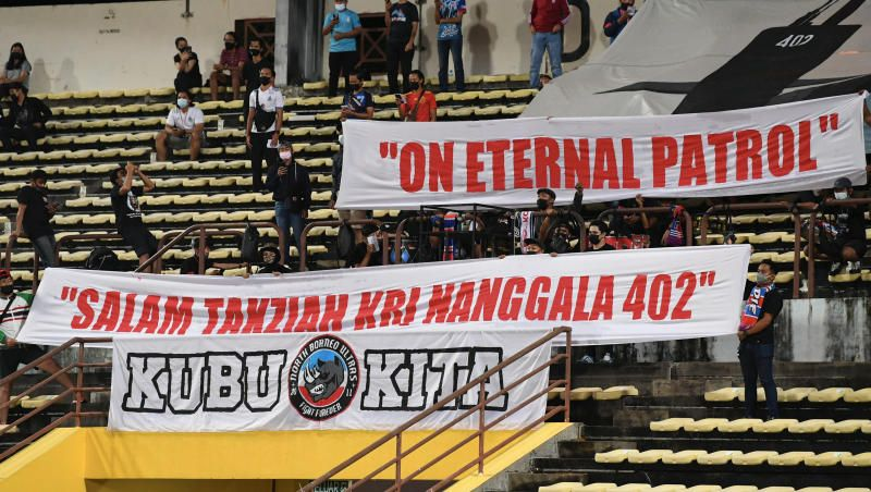 Malaysian football fans during the Sabah FC-Perak FC match at the Likas Stadium sending their condolences to the family members of the navymen who died in the Indonesian sunken submarine tragedy during a Malaysian Super League match on Sunday (May 2, 2021). - Bernama