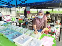 JB traders retain food prices to pull in customers